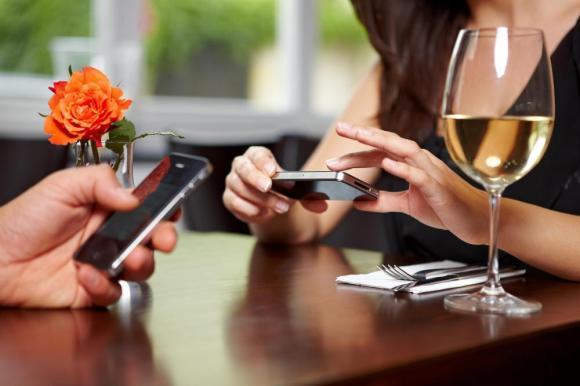 couple-texting